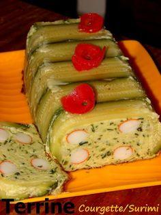 Cette recette peut être mangée en entrée, mais nous la mangeons au dîner avec une salade verte et des toasts grillés. Pour une terrine de courgette (taille d'un gros cake) *800 g de courgettes lavées non épluchées *1 à 2 courgettes pour la déco *1 oignon...