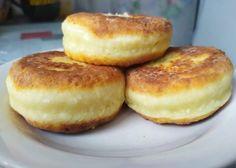 Jemnú pochúťku z tvarohu podľa tohto receptu z portálu napadovy.blog si zamilujete. Do hmoty, z ktorej syrníky formujete nejde žiadna múka, kypriaci prášok ani sóda bikarbóna a napriek tomu sú krásne nafúknuté a lahodné!Potrebujeme:500 g … Bagel, Hamburger, Muffin, Bread, Breakfast, Desserts, Food, Kitchen, Morning Coffee