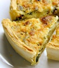 Cheesy Spinach and Bacon Quiche. This easy cheesy spinach quiche can be made ahead of time and reheated for later and is a crowd pleaser. A cheesy spinach and bacon quiche is a great way to share a great meal with good friends. Quiche Florentine, Bisquick Recipes, Quiche Recipes, Crab Recipes, Easy Recipes, Leek Recipes, Salmon Recipes, Healthy Recipes, Best Breakfast