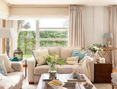 Piesele de mobilier clasice, frumos combinate cu tonurile neutre de culoare și accentele vesele de turcoaz aduc o armonie aparte în a...