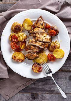 Куриная грудка с бальзамически-медовом маринаде на подушке из запечного картофеля с помидорами черри: пошаговый рецепт с фотографиями