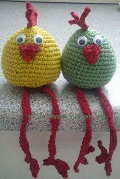 Kylling med lange ben Krop: Omg 1 - 2 lm, 6 fm i 2. lm fra nålen eller en magisk ring (6 fm) Omg 2 - 2 fm i hver fm (12 fm) Omg ... Crochet Birds, Easter Crochet, Cute Crochet, Crochet Toys Patterns, Stuffed Toys Patterns, Crochet Chicken, Chicken Crafts, Galo, How To Purl Knit