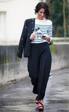 Yasmin Sewell wears a Mickey Mouse striped top with structured trousers, an embroidered blazer, and burgundy sandals Star Fashion, Love Fashion, Fashion Trends, Paris Fashion, Irina Shayk, Vogue, Style Disney, Estilo Blogger, Bcbg