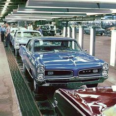 Pontiac GTO Factory Assembly Line,i want to find one of these with camaro assembly line. Muscle Cars Vintage, Vintage Cars, Antique Cars, Vintage Auto, Ford Mustang, 1967 Gto, Volkswagen, Automobile, Pontiac Cars