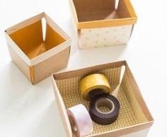 Você pode fazer uma cestinha de papel para organizar os seus itens pequenos. Com papéis coloridos ou