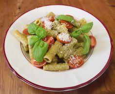 Ein Rezept nach Jamie Oliver. Rigatoni mit sizilianischem Pesto. Ein besonders schnell zubereitetes Gericht, das herrlich schmeckt. Die Zutaten werden im Mixer zerkleinert. Die feine Würzsauce besteht aus Basilikum, Parmesan, Sardellen, Chili, Mandeln, Knoblauch, Olivenöl...…