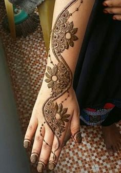 Simple Mehndi Designs for every Occasion - SetMyWed Henna Hand Designs, Arabic Henna Designs, Unique Mehndi Designs, Beautiful Mehndi Design, Mehndi Designs For Hands, Henna Tattoo Designs, Mehandi Designs, Henna Tattoos, Tatoos