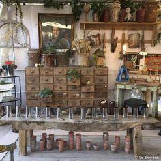 Ancien meuble d'atelier de 30 tiroirs, en bois avec sa peinture d'origine, dans son jus. Poignées en bois. Dimensions intérieurs tiroirs : 18 x 22 x 9 cm Possibilité d'augmenter la hauteur totale à 101 cm avec 2 petits tréteaux en bois (la paire : 80 euros sur demande).
