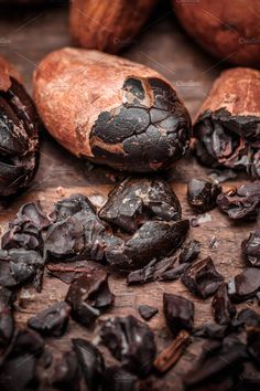 cocoa beans Cacao nibs with cacao beans on old wooden background Café Chocolate, Chocolate Dreams, Decadent Chocolate, Cacao Fruit, Spicy Spice, History Of Chocolate, Organic Snacks, Meat Shop, Pots