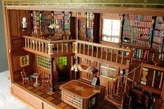 Haben Sie jemals eine schönere Bibliothek gesehen? Ok, außer vielleicht der weißen Bibliothek des Benediktiner Ordens in Admont in Österreich, das ein Gesamtkunstwerk des europäischen Spätbarocks darstellt. Aber in Miniatur? Passende antiquarische Bücher und stilechte Miniaturmöbel finden Sie bei Mini Mundus, die Bibliothek von Herrn Leipold, finden Sie hier: http://www.modellbau-leipold.de/bibliothek.html