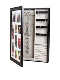 Un rangement à bijoux cacher derrière un tableau à photo.Très bonne idée.