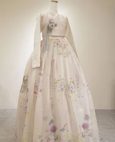 Our haute couture, beautiful The Dan Hanbok. Made just for you, for your special day. Korean Traditional Dress, Traditional Fashion, Traditional Dresses, Korean Fashion Trends, Asian Fashion, Hanbok Wedding, Korea Dress, Mode Kimono, Modern Hanbok