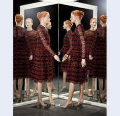 Christian Dior [1905-1957] (modehuis) C.H. Kühne & Zonen (vervaardiger) Jurk van machinale kant, zwarte tule met applicatie van rood en zwart machinaal geborduurd koord in golvende lijnen en stippen, met bijbehorende zwarte onderjurk Parijs ; Den Haag 1965 katoen kunststof kunstzijde metaal zijde Gemeentemuseum Den Haag: 1023277