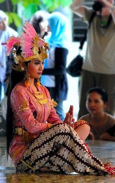 Traditional Dance - Yogyakarta, Indonesia by Irsam Soetarto - she is so beautiful