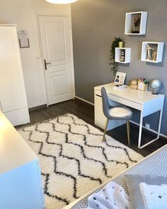 In this DIY tutorial, we will show you how to make Christmas decorations for your home. Room Design Bedroom, Girl Bedroom Designs, Room Ideas Bedroom, Small Room Bedroom, Bedroom Decor, Study Room Decor, Cute Room Decor, Pinterest Room Decor, Small Room Design