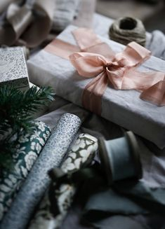 NgLp Designs shares pretty gift-wrap styling ideas with bows, silk ribbons, paper wrap . Nordic Christmas, Magical Christmas, Christmas Mood, Natural Christmas, Creative Gift Wrapping, Creative Gifts, Wrapping Ideas, Rocky Road Fudge, Christmas Gift Wrapping
