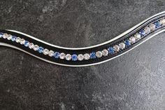 Schwarzer Lederstirnriemen /weiß unterlegt mit Strasssteinen (pointed back) in den Farben Crystal und Light Sapphire.