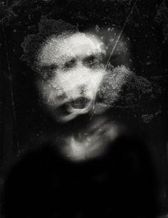 [AntonioPalmerini%255B11%255D.jpg]   Antonio Palmerinies un fotógrafo italiano (vive en Roma) que en su obra nos muestra dobles personalidades, melancolía, el trastorno bipolar, depresión, paranoia y sociopatía, todo a través de dobles exposiciones, exposiciones de larga duración, y un revelado muy contrastado.