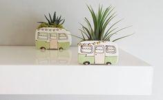 Mini vase caravane vintage pour plantes, vert. Cache-pot parfait pour cactus, succulentes. Mini planter de la boutique JulieRichardCeramist sur Etsy