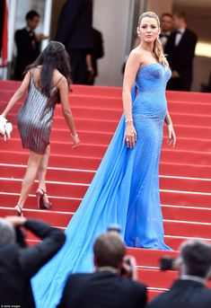 Pregnant Blake Lively Puts Baby Bump On Display at 'BFG' Cannes Premiere!: Photo Blake Lively looks stunning while walking the red carpet at the premiere of The BFG during the 2016 Cannes Film Festival on Saturday night (May in Cannes, France. Blake Lively Baby, Blake Lively Dress, Blake Lively Style, Blake Lively Cannes, Atelier Versace, Red Carpet Dresses, Blue Dresses, Celebrity Red Carpet, Celebrity Style