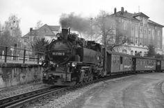 99 1789-9 verlässt Radebeul Ost mit Personenzug nach Radeburg