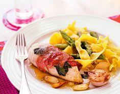 Vinbresert italienskinspirert kylling med deilig tilbehør som asparges, parmaskinke og pasta