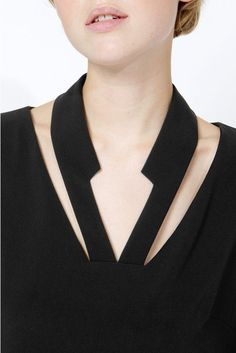How to wear a black dress - Outfit black dress Discover the most beautiful dress patterns on this pa Neck Designs For Suits, Neckline Designs, Kurti Neck Designs, Dress Neck Designs, Designs For Dresses, Collar Designs, Blouse Designs, Kleidung Design, Black Dress Outfits