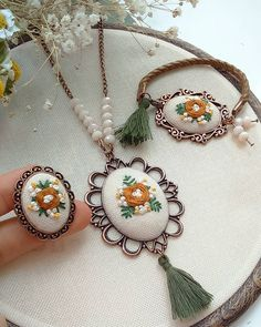 This Pin was discovered by müf Hand Embroidery Flowers, Hand Embroidery Stitches, Embroidery Jewelry, Hand Embroidery Designs, Ribbon Embroidery, Embroidery Thread, Floral Embroidery, Cross Stitch Embroidery, Embroidery Patterns