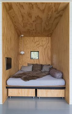 home decor - Nyt sommerhus med havudsigt til under en million Plywood Interior, Micro House, Tiny House, Tiny Living, Small Spaces, Room Decor, House Design, Interior Design, Interior Decorating