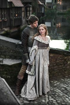 Max Irons as Edward IV and Rebecca Ferguson as Elizabeth Woodville in The White Queen (TV Series, 2013).