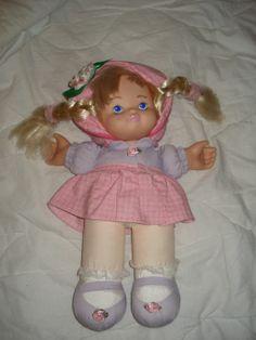 """Rosie-nukke.  Laulaa kun otat sitä kiinni molemmista käsistä. Voi olla isokin piiri ja """"sähkö"""" kulkee porukan läpi ja Rosie laulaa.  10 euroa"""