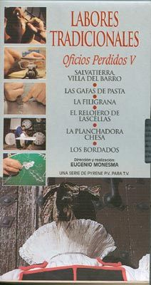 DVD DOC 189 - Labores tradicionales (2004) España. Dir: Eugenio Monesma. Antropoloxía. Contén, entre outros: DVD 1: Salvatierra, villa del barro. La filigrana. Los bordados - DVD 2: La cerámica enchinada. La peinadora. La ginebra - DVD 3: El pan. Abarcas menorquinas. La sidra en el Pirineo. La forja - DVD 4: El horno de cal. El herrador. Leonardo, el carbonero - DVD 5: El secadero de congrio. La cochinilla. La cestería de palma. El queso Mahón. Los calados. Santiago, la voz de L'Estall