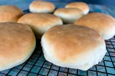 Who doesn't love fresh dinner rolls straight from the oven? Try this recipe for delicious (& low sodium!) yeast rolls as a quick, weeknight dinner addition. Dash Diet Recipes, Low Sodium Recipes, Sodium Foods, Vinaigrette, Quick Yeast Rolls, Low Sodium Bread, Healthy Rolls, Salt Free Recipes, Slow Cooker