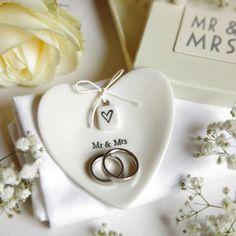 Ringschale Brautpaar Mr. & Mrs.  Die perfekte Alternative zu einem Ringkissen - die herzförmige Porzellanschale ist der ideale Platz für eure Eheringe. Damit sie nicht verloren gehen können, ist...