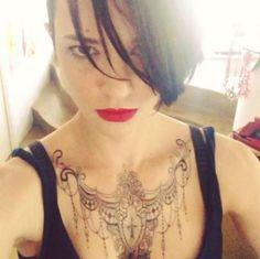 Asia Argento, sul décolleté spunta una collana-tattoo da mille e una notte - Tgcom24