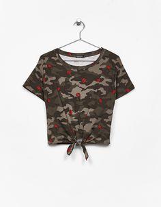 Koszulka z węzłem z przodu.  Odkryj to i wiele innych ubrań w Bershka w cotygodniowych nowościach