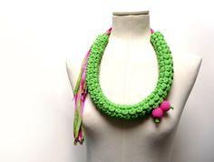 Collana crochet in filato di tessuto jersey verde acido e di ixela