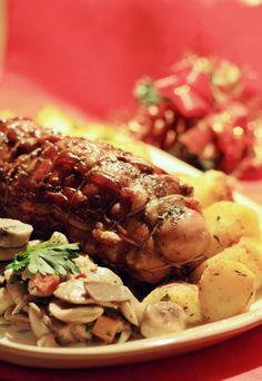 Arrosto di coniglio con pancetta croccante - Ricette menù di Natale - Ingredienti 1 coniglio disossato 10-12 fette di pancetta o retina di maiale o spago olio vino bianco sale pepe rosmarino per la frittatina 1 uovo 1 cucchiaio di latte maggiorana...