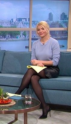 Holly Willoughby Legs, Holly Willoughby Outfits, Pantyhose Outfits, Pantyhose Legs, Sexy Older Women, Sexy Women, Classy Outfits, Beautiful Outfits, Avengers Girl
