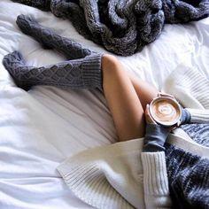 Ноги + уют + серые чулки + какао + плед + кровать + белые простыни