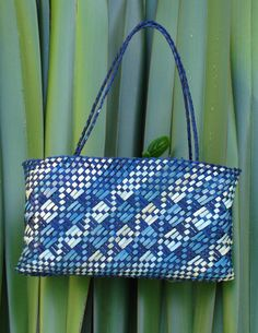 Kete Whakairo - Shades of Blue Flax Weaving, Weaving Art, Tapestry Weaving, Basket Weaving, Hand Weaving, Weaving Designs, Weaving Projects, Weaving Patterns, Polynesian Designs