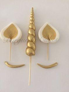 Il s'agit d'une liste de corne de licorne Fondant, les oreilles et les cils Cake Toppers. Ceux-ci sont fait à la main avec fondant savoureux et peint avec de la poussière d'or lustre avec ou sans paillettes. Vous recevrez: 1 corne de licorne fondant - mesure 5-6 de long 2 fondant