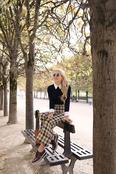 Blair Eadie wearing wide leg plaid pants in Paris // Click through for more of her fall style and Paris outfits on Atlantic-Pacific Outfits Otoño, Paris Outfits, Fashion Outfits, Fall Winter Outfits, Autumn Winter Fashion, Plaid Pants Outfit, Fall Pants, London Outfit, Basket Noir
