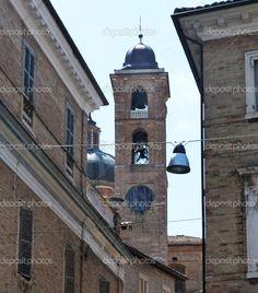 strada di urbino con la torre campanaria della cattedrale nel sottofondo, marche, Italia - Immagine Stock: 32245611