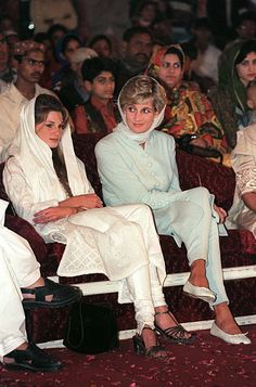 PAKISTAN - JUNE Diana, Princess of Wales with Jemima Khan at the Shaukat Khanum Memorial Hospital, Lahore, Pakistan (Photo by Tim Graham Picture Library/Getty Images) Princess Diana Family, Princes Diana, Princess Of Wales, Lady Diana Spencer, Imran Khan Wedding, William Harry, Midi Dress Work, Diana Fashion, Prince Charles