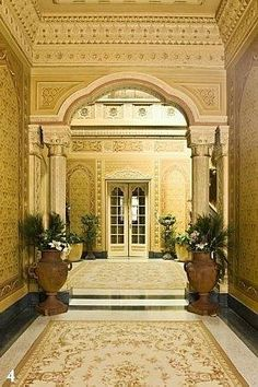 No térreo, o hall principal rouba a cena. São 5 metros do chão até a claraboia de vitrais coloridos que arremata o que é o coração do Palacete Rosa. O brilho do piso de granilite com peças de madrepérola incrustadas é apenas o aperitivo de um espaço requintado que reproduz o interior de uma mesquita, com seus arcos e paredes revestidas de alto a baixo de relevos em um rendilhado delicado. Na parte superior, que dá acesso aos quartos, um imenso tromp l'oeil reproduz a paisagem de uma cidade…