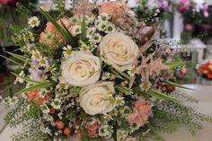 Krásna nežná kytica z ruží, minisantiny, astilbe, kamilky, klinčeky, pastierska kapsička 30 € http://www.kvetysilvia.sk/donaskova-sluzba/