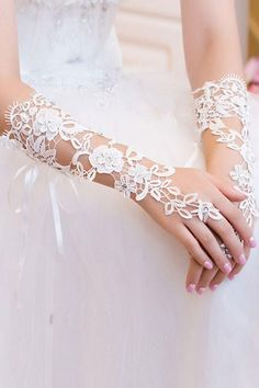 Off White Diamond Cut-out Lace Gloves