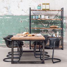Wat vindt je van deze stoere tafel met houten blad en industriele metalen poten? #Eleonora #NaSmaak