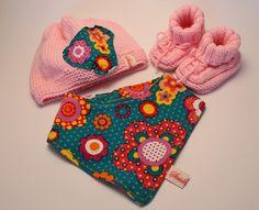 Dieses wunderschöne rosa Baby-Set ist handgestrickt aus wunderbar weichem, hautschmeichelndem Garn für die Allerkleinsten.     Die handgestrickte M...